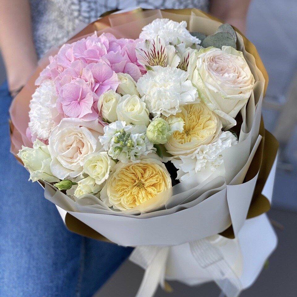 Букет из гортензии, пионовидной кустовой и одноголовой розы, альстромерии, маттиолы и эустомы Палермо