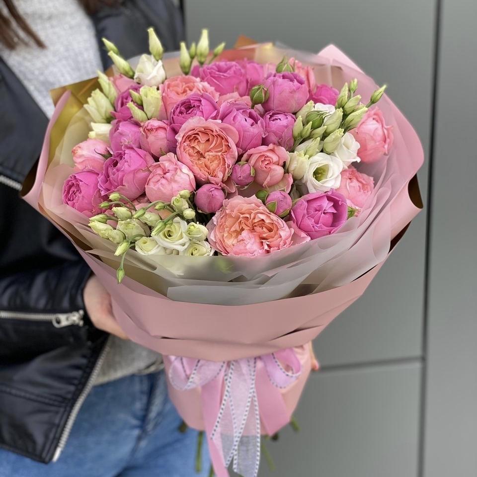 Букет из кустовых пионовидных роз и эустомы Гранд