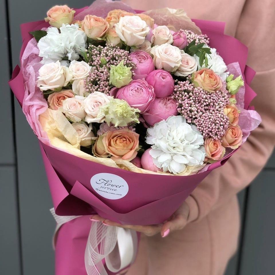 Букет из кустовой розы, диантуса и озотамнуса Ягодный зефир