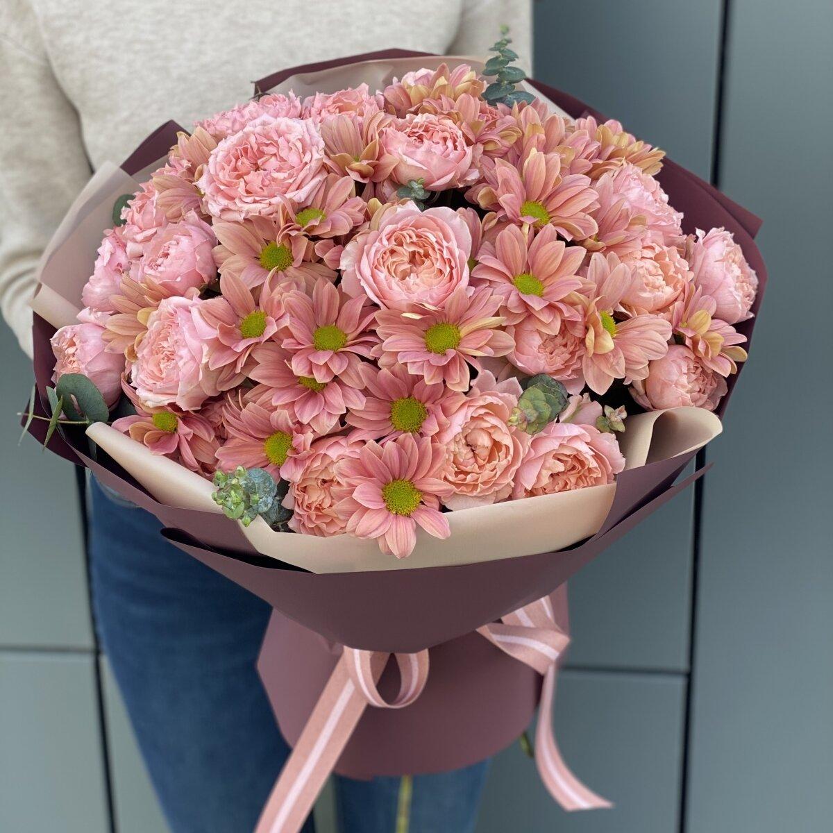 Букет Бонжур из пионовидной кустовой розы и хризантемы
