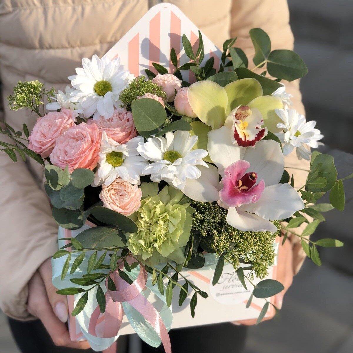 Конверт из кустовой розы, хризантемы и цимбидиума Свежесть ветра