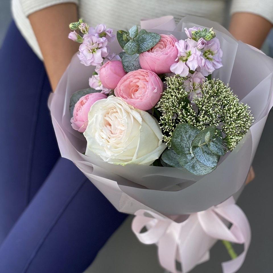 Букет из пионовидной кустовой и одноголовой розы, маттиолы, трахелиума и эвкалипта Бруклин