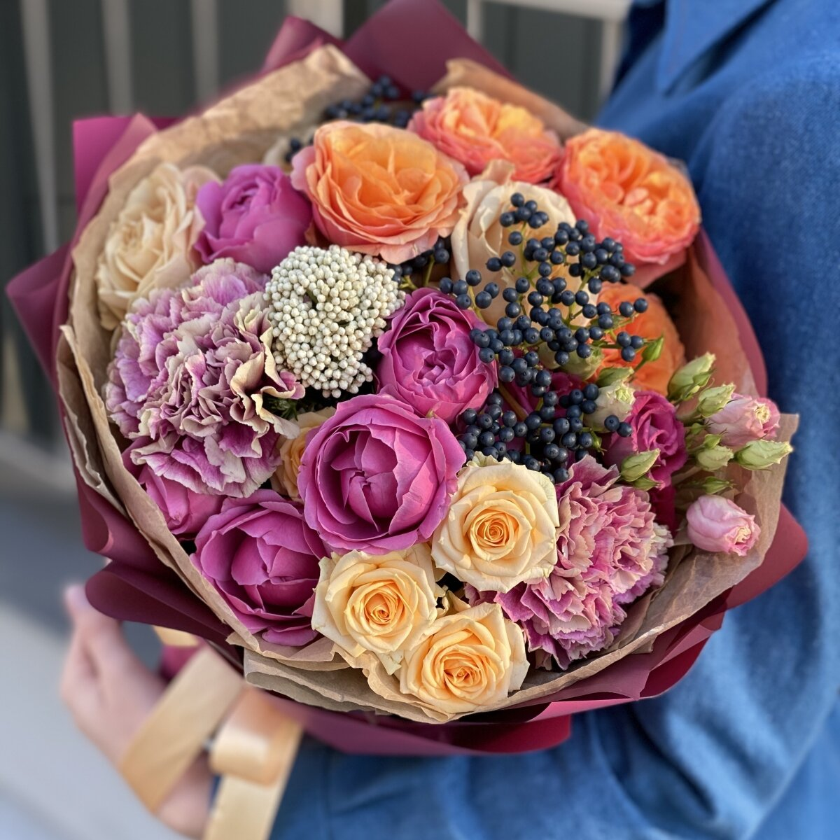 Букет из пионовидных роз, эустомы, озотамнуса, диантуса и вибурнума Ла-Манш