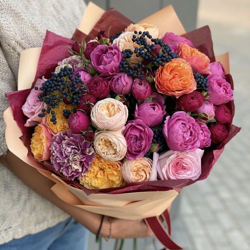 Букет из пионовидных кустовых роз, диантуса и вибурнума Цветные сны