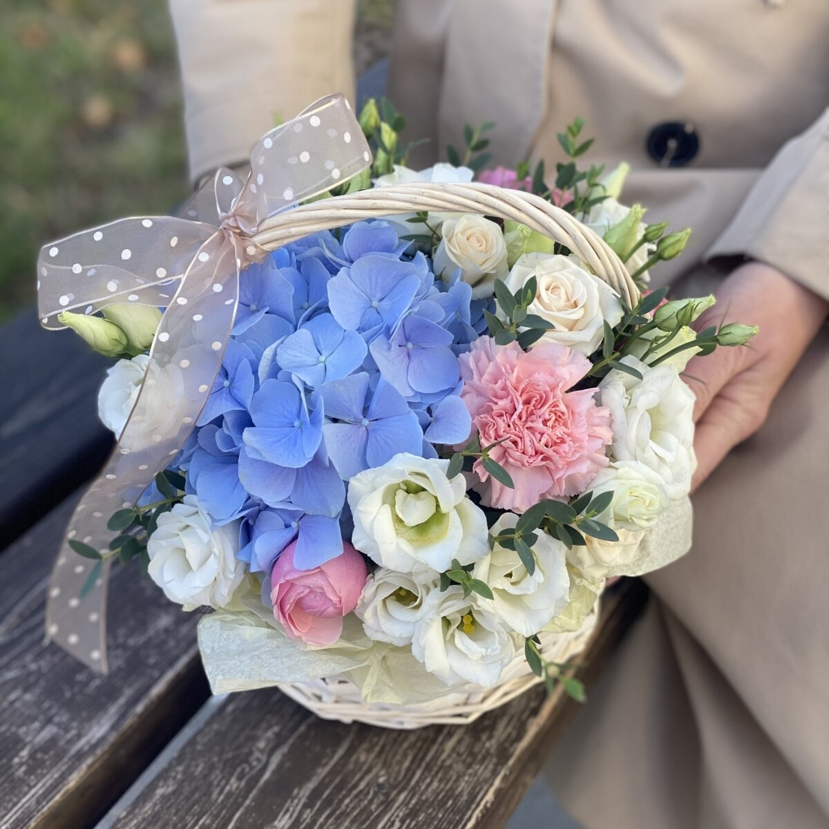 Корзина Цветочное послание из гортензии, пионовидных кустовых роз, эустомы и диантуса