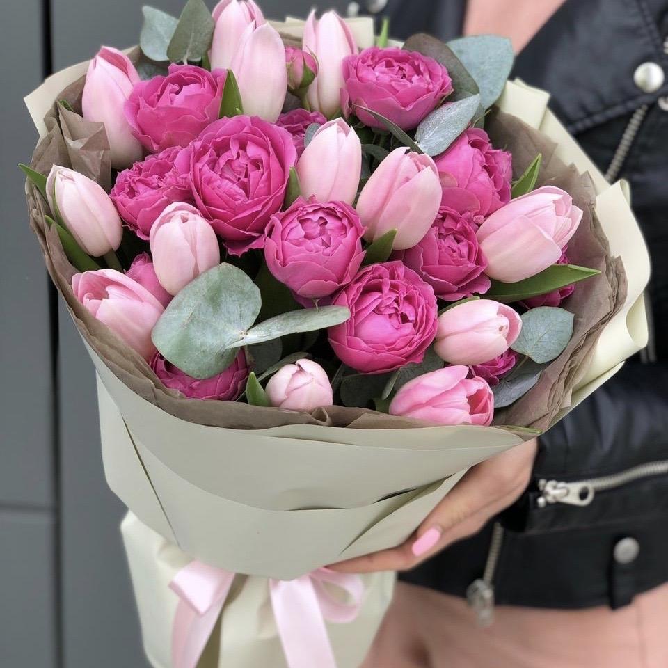Букет из тюльпанов и кустовых пионовидных роз Нежная леди