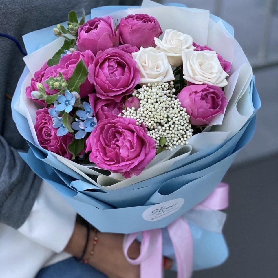 Букет из кустовой пионовидной розы, оксипеталума и озотамнуса Ланком