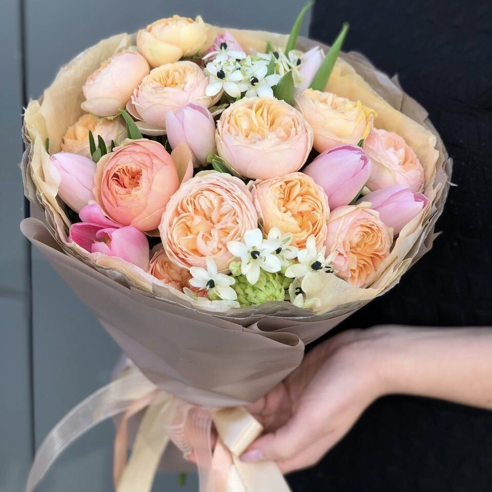 Букет пионовидной кустовой розы, тюльпанов и орнитогалума Мадмуазель