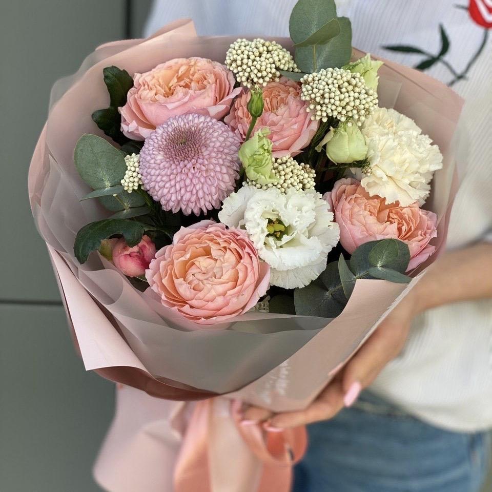 Букет из пионовидной кустовой розы, озотамнуса, хризантемы , эвкалипта и диантуса Улыбчивой девушке