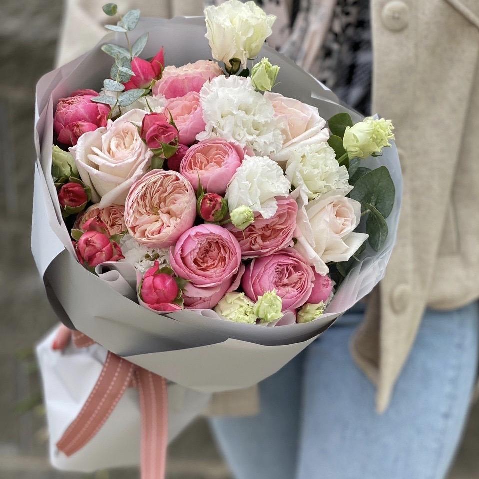 Букет из кустовых пионовидных роз и эустомы Нежный прованс