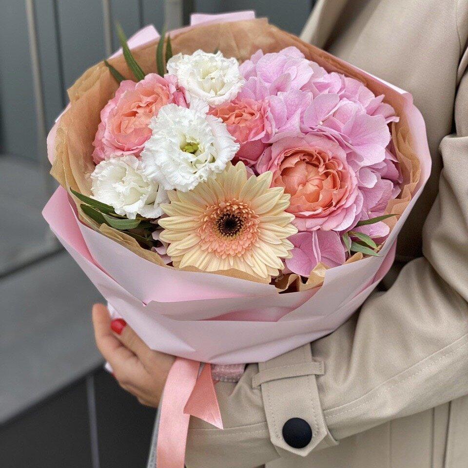 Букет из гортензии, кустовой пионовидной розы, эустомы и герберы Тиссот