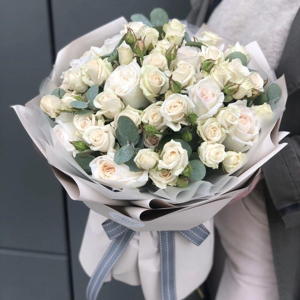 Букет из кустовой и одноголовой розы Крем-брюле