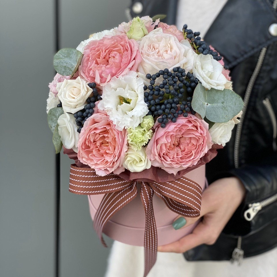 Коробка из кустовой пионовидной розы, эустомы, вибурнума и диантуса Нельва