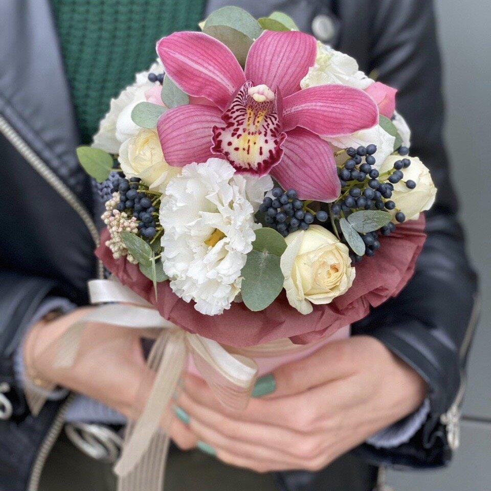 Коробочка с цветком орхидеи, эустомы, кустовой розы Вишневый брауни