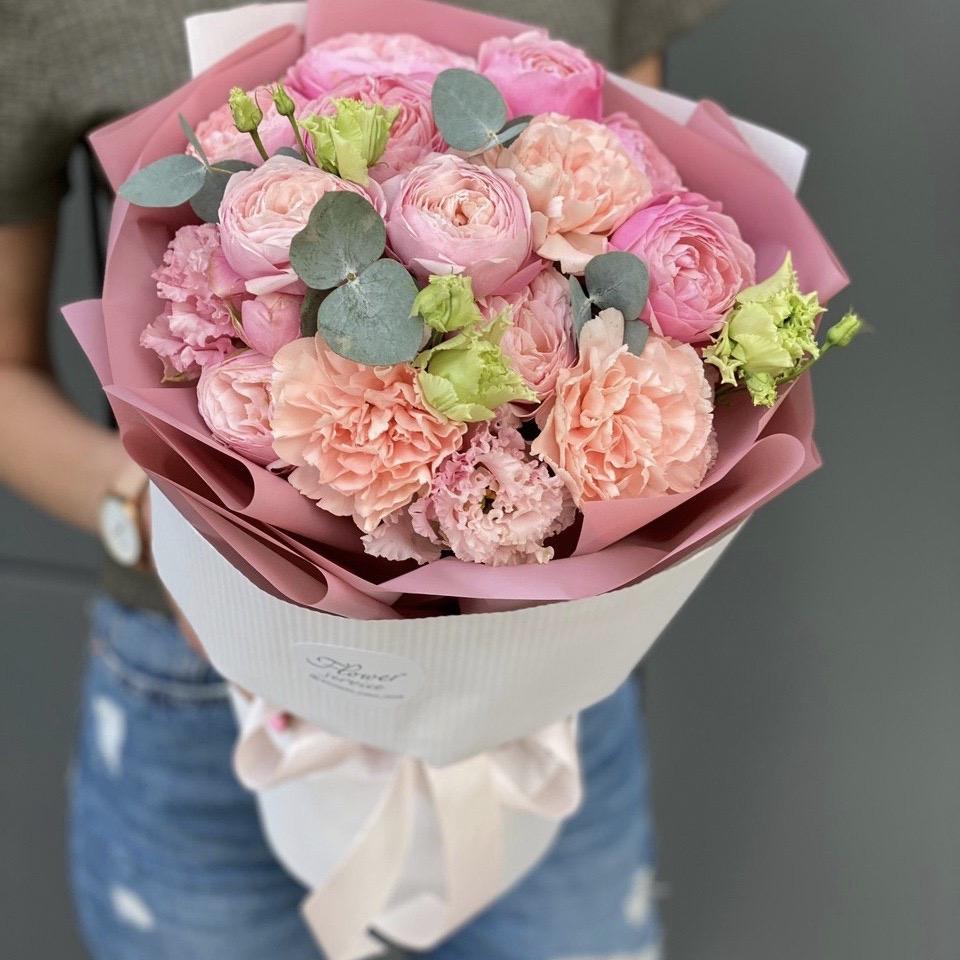 Букет из кустовых пионовидных роз и эустомы Маруан