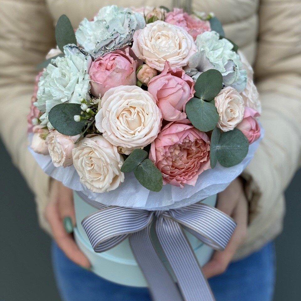 Коробка из кустовых пионовидных роз, диантуса и эвкалипта Долгожданное свидание