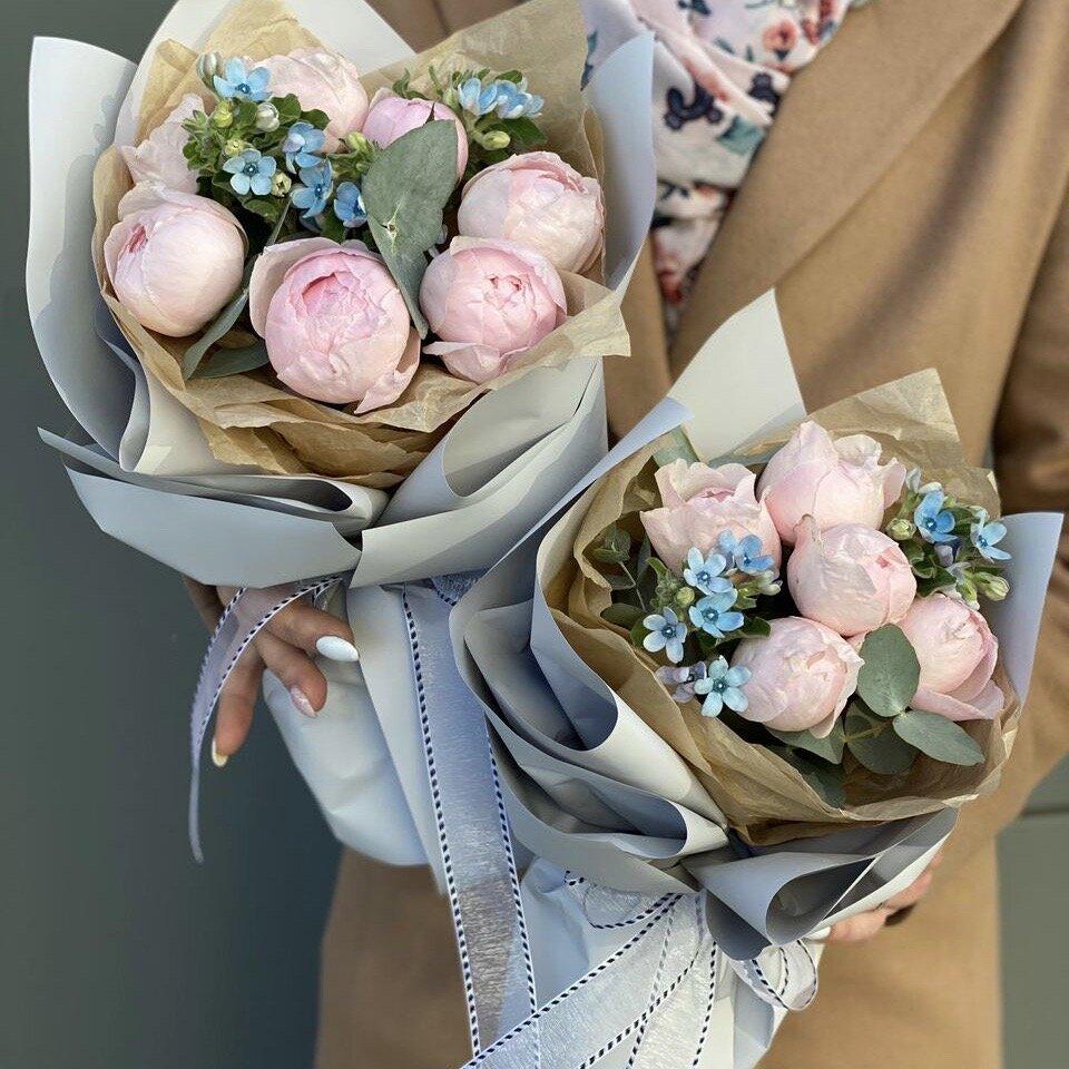 Букет из пионовидной розы, озотамнуса и эвкалипта Парфюм