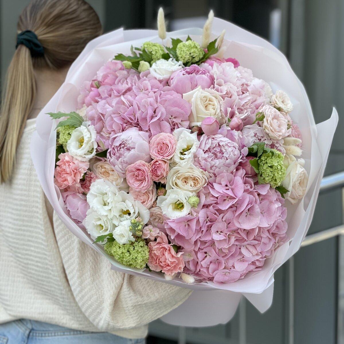 Букет Клубничное свидание из кустовой пионовижной розы, гортензии и пионов