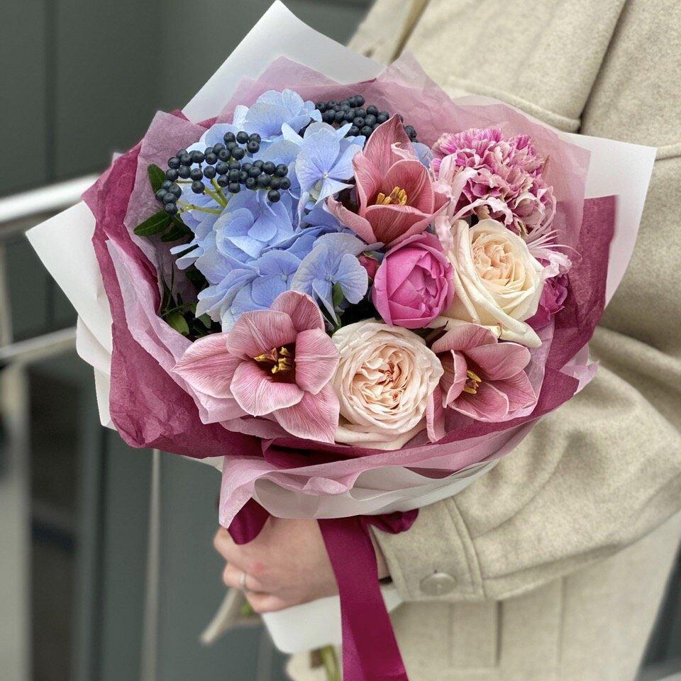 Букет из гортензии, роз, диантуса и тюльпанов Винный конфи