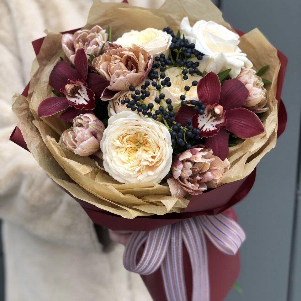 Букет из пионовидных роз, цветков орхидеи и тюльпанов Цветочный мильфей