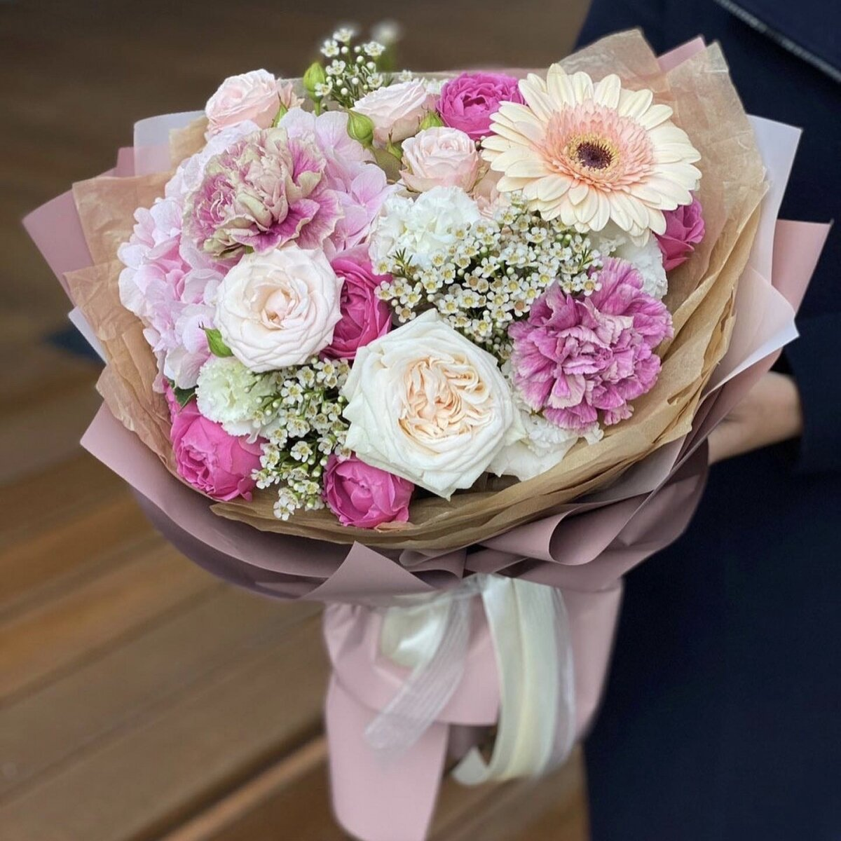 Букет из кустовых роз, гортензии, диантуса и хамелациума Взбитые сливки