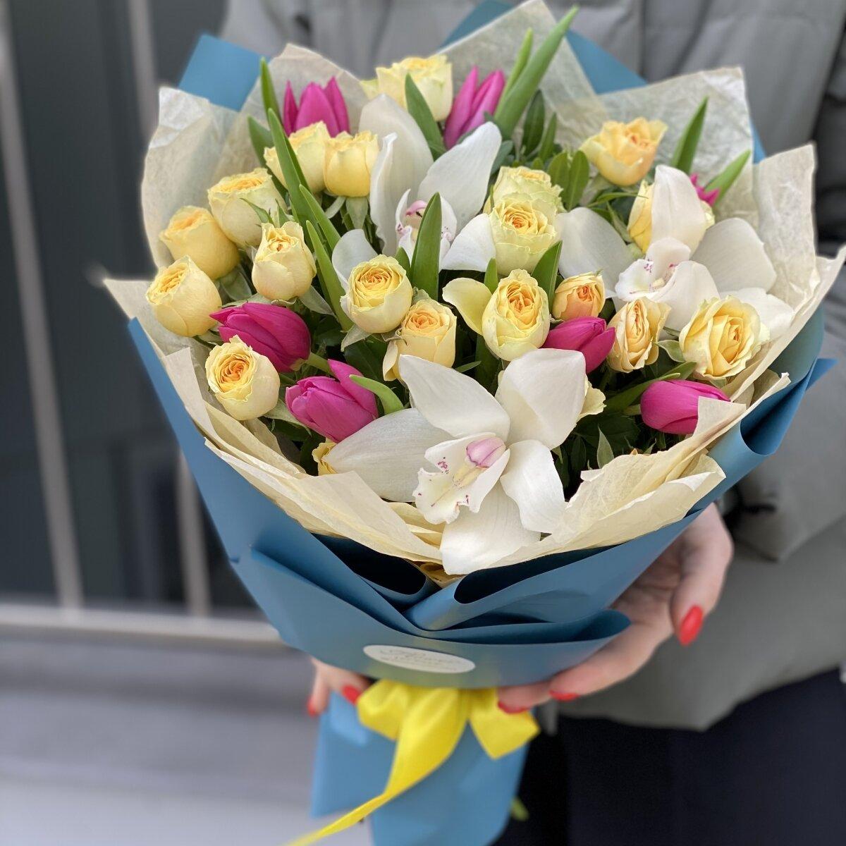 Букет из тюльпанов, кустовой роза и цимбидиума Мармелад