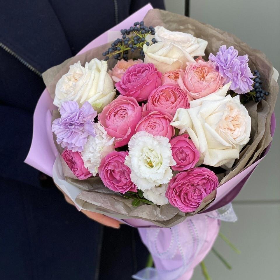 Букет из пионовидных кустовых и одноголовой розы, эустомы, диантуса и вибурнума Марципановое суфле