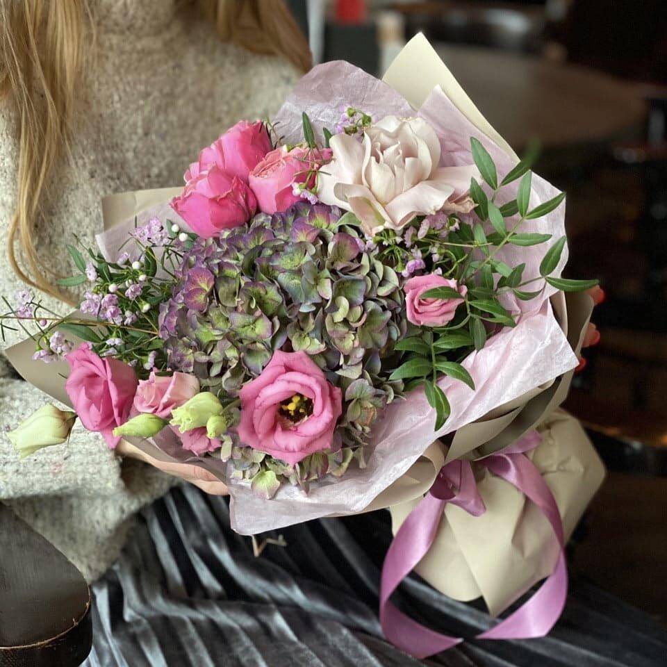 Букет из гортензии и кустовых роз Кленовый сироп