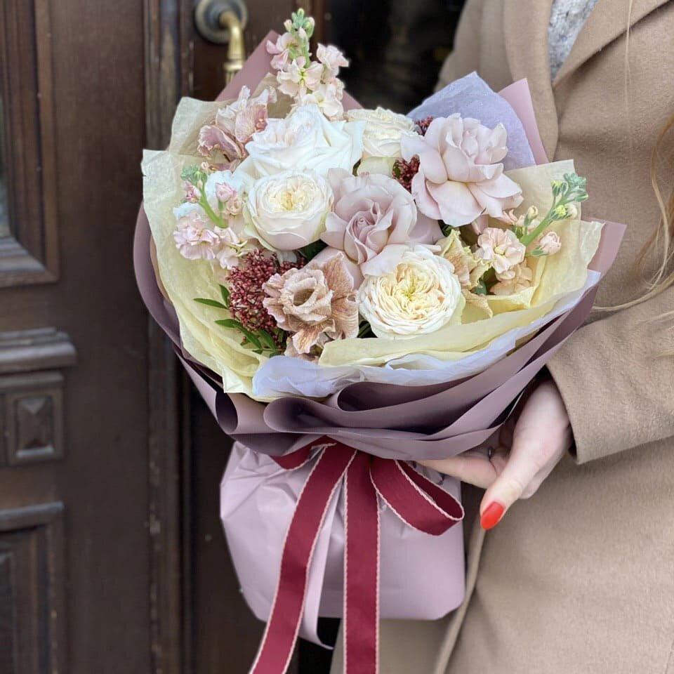 Букет из маттиолы, кустовой пионовидной и одноголовой розы Миндальный пудинг