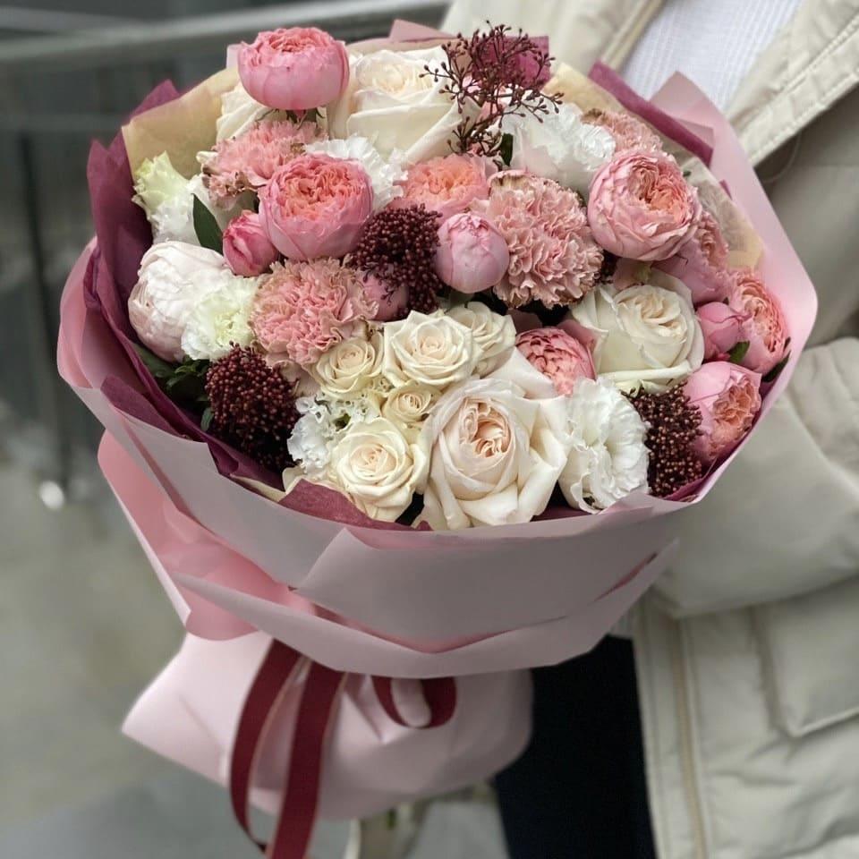 Букет из пионовидных кустовых и одноголовых роз, скиммии и диантуса Аврора