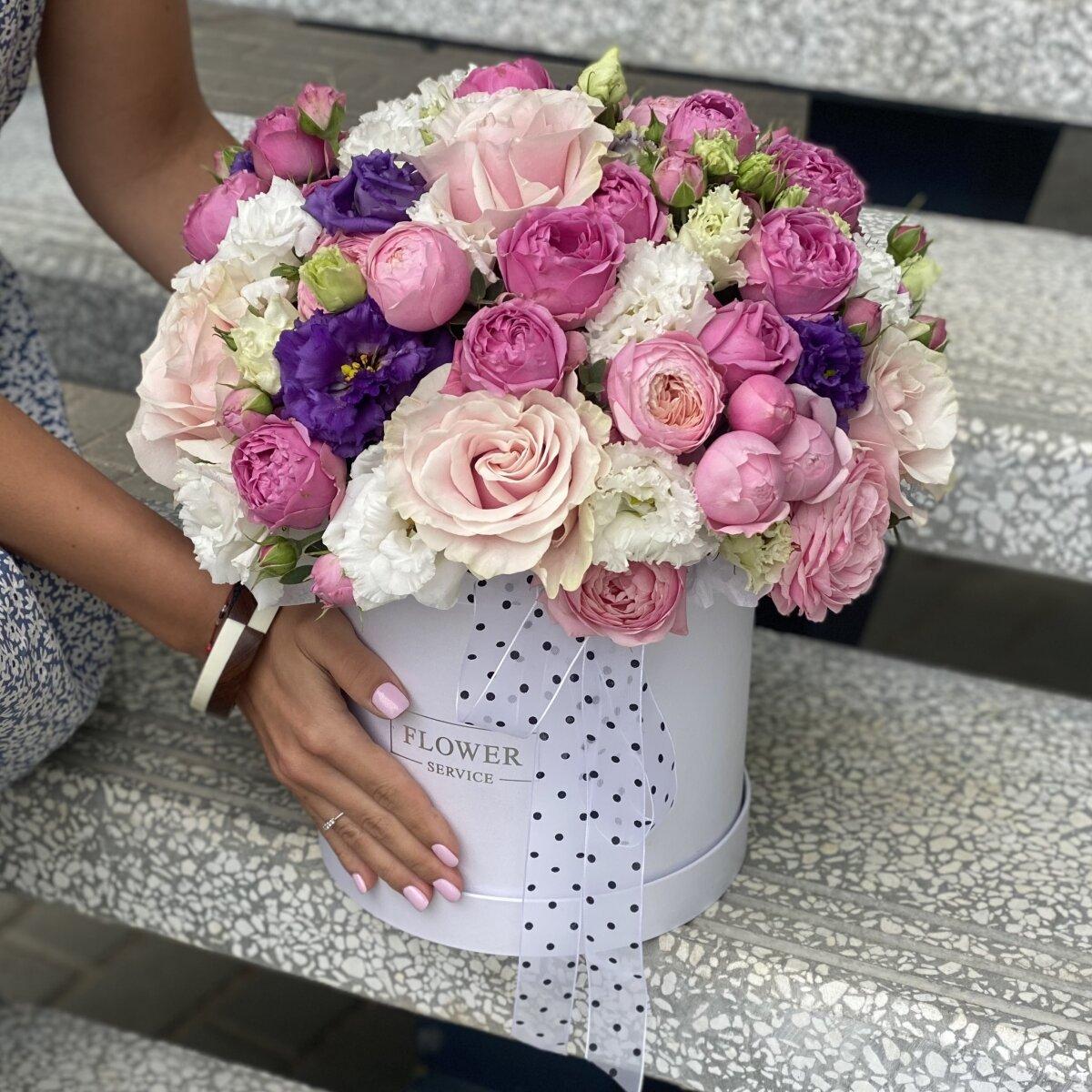 Композиция Искушение из кустовых и одноголовых пионовидных роз и эустомы