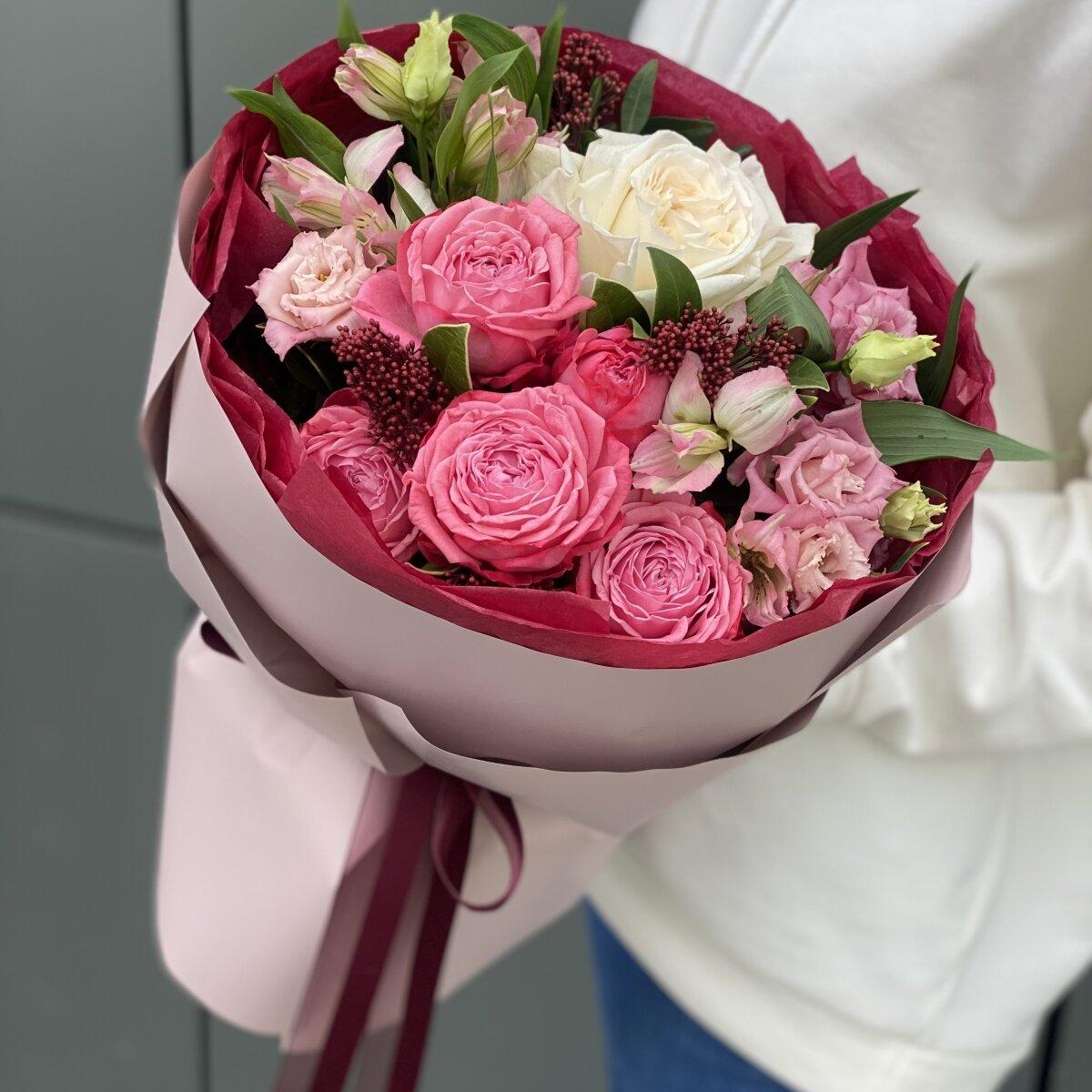 Букет Монмантр из альстромерии, кустовой пионовидной и одноголовой розы, скиммии и эустомы