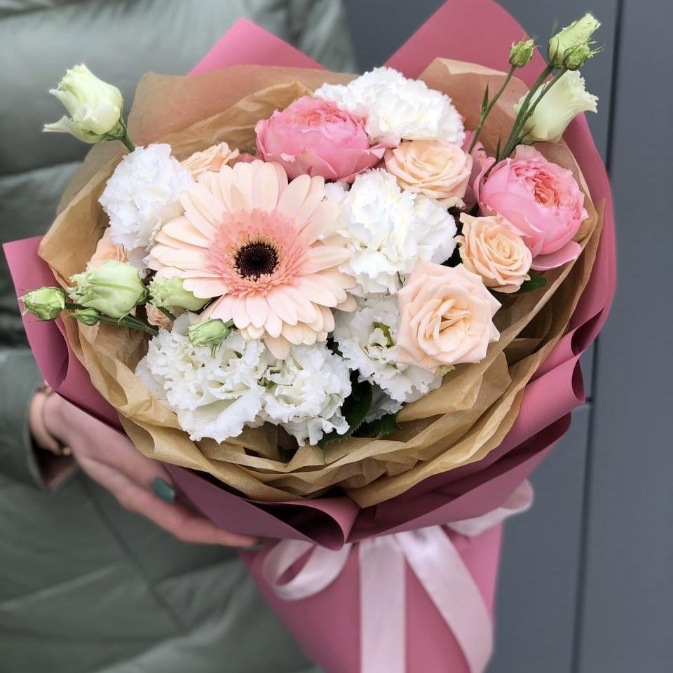 Букет из герберы, эустомы и кустовых роз Легкость