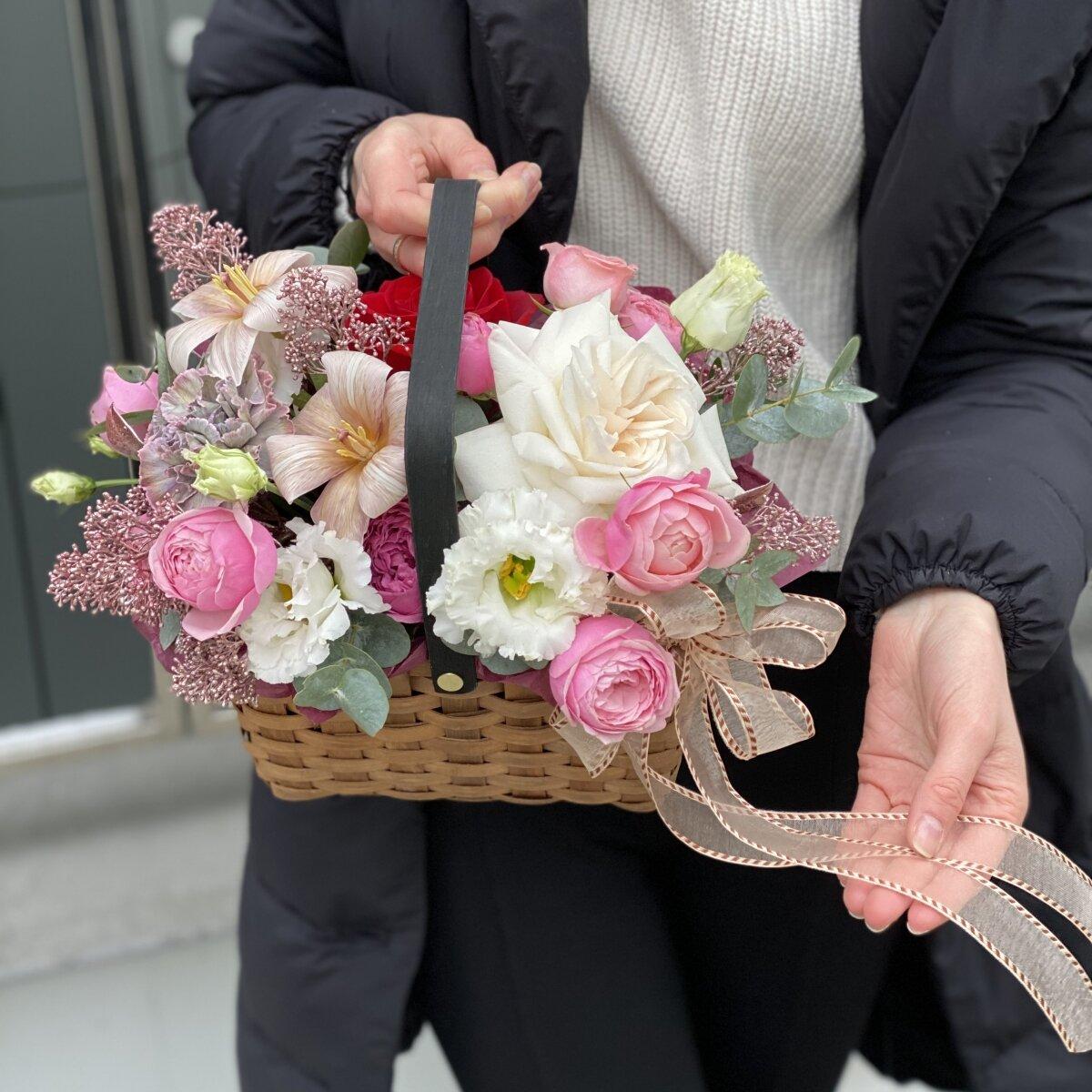 Корзина из пионовидных кустовых и одноголовых роз, тюльпанов, эустомы и скиммии Вечерние истории