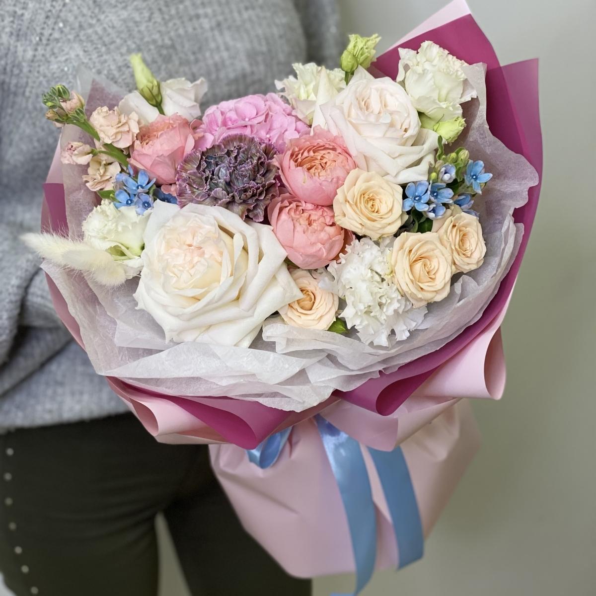Букет из пионовидных кустовых и одноголовых роз, маттиолы и оксипиталума Гармония нежности