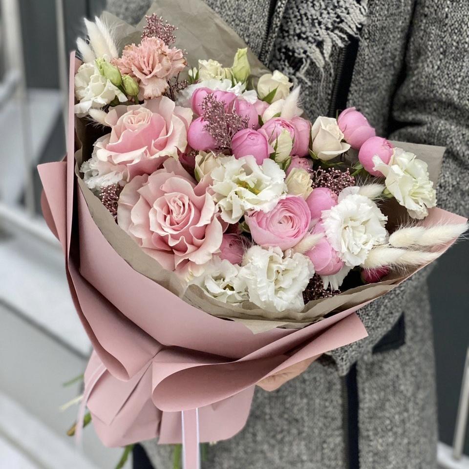 Букет из пионовидной кустовой и одноголовой розы, эустомы, скиммии и лагуруса Любящее сердце