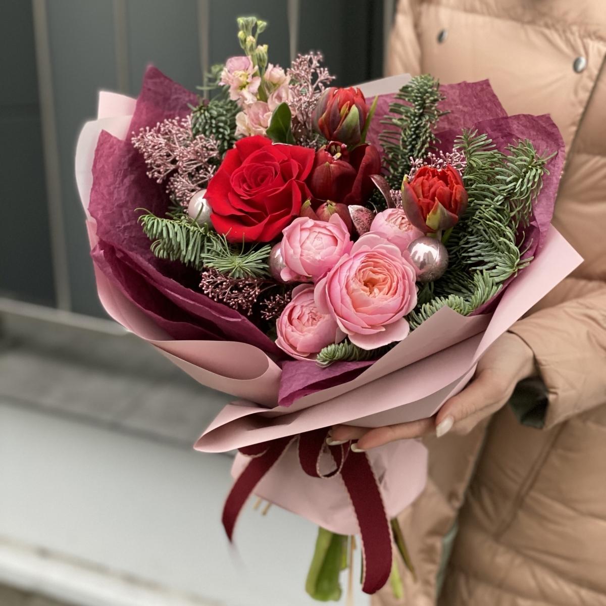 Букет из нобилиса, тюльпанов, амарилисса, роз, скиммии и праздничного декора Ароматный глинтвейн
