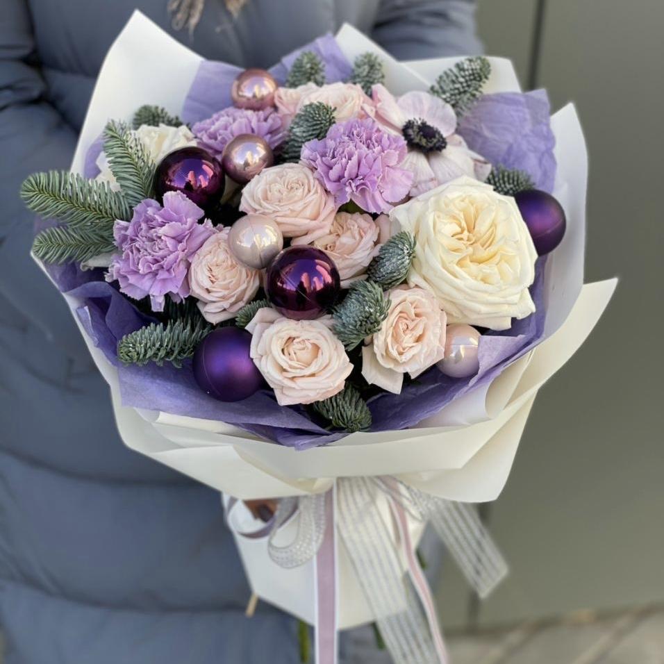 Букет из кустовых роз, анемона, диантуса и праздничного декора Зимний сон