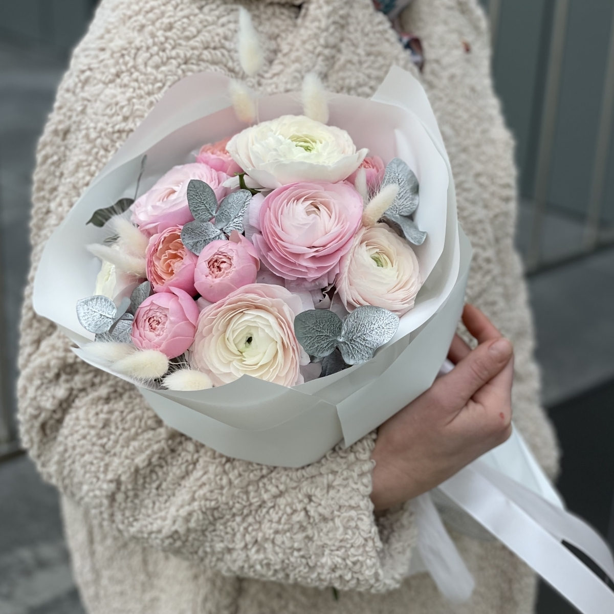 Букет из ранункулюсов, кустовой розы и лагуруса Любимой зайке