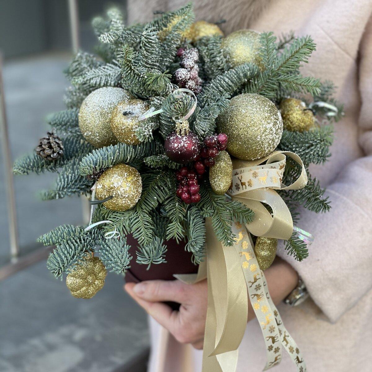 Композиция из нобилиса и новогоднего декора Праздничная роскошь