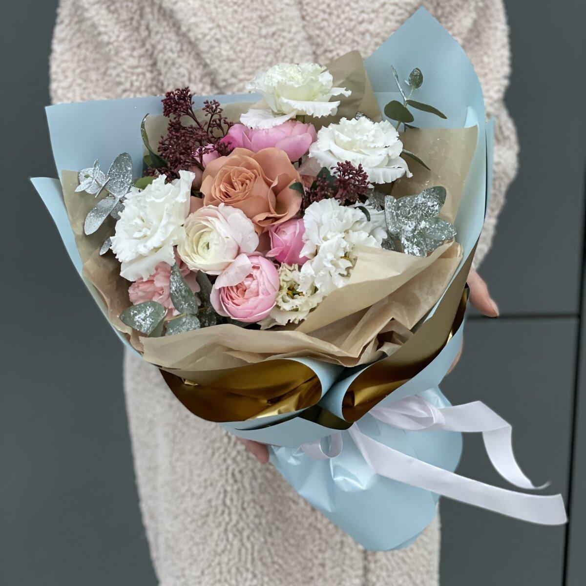 Букет Снежная королева из ранункулюса, эустомы, скиммии и роз