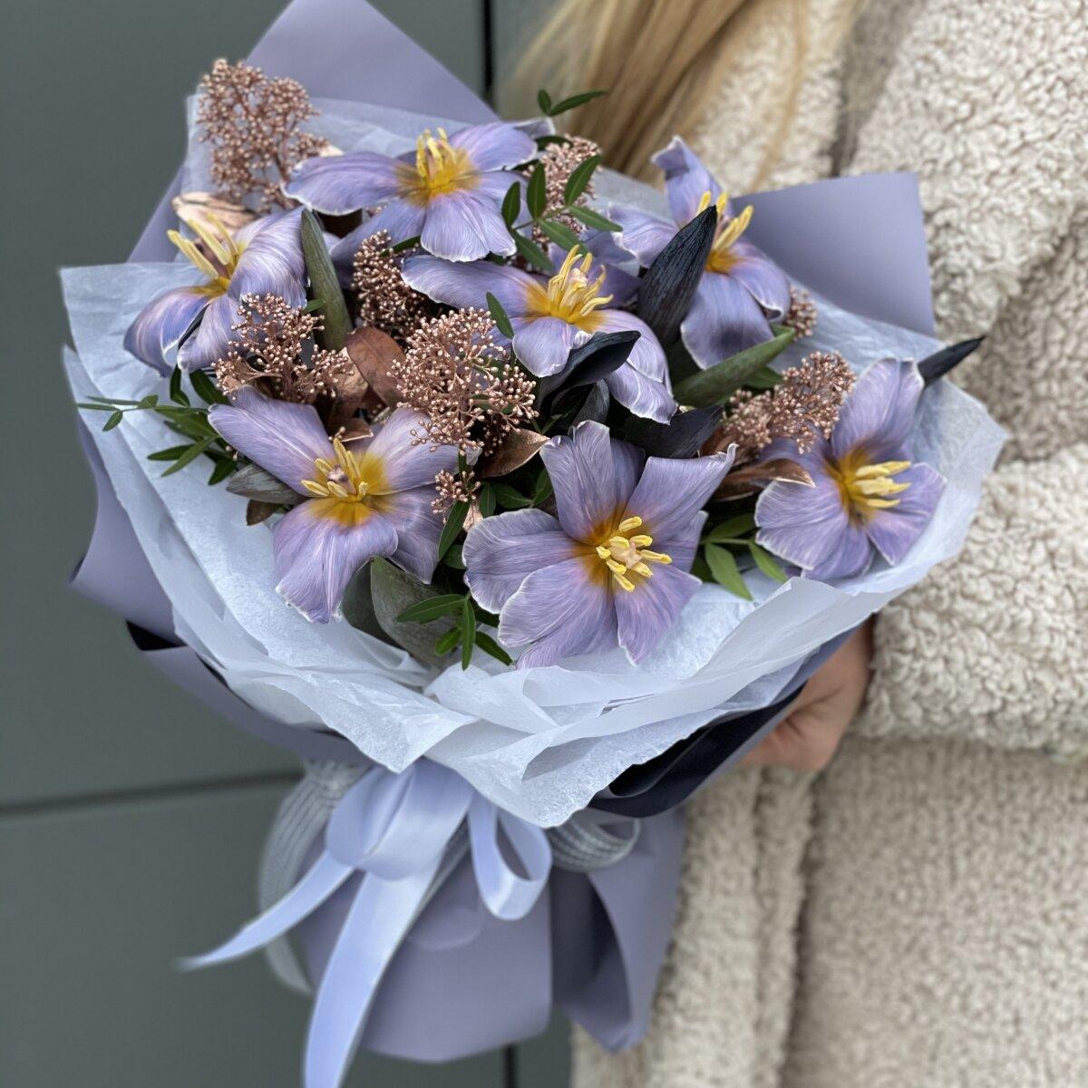 Букет Ультрафиолет из тюльпанов и скиммии