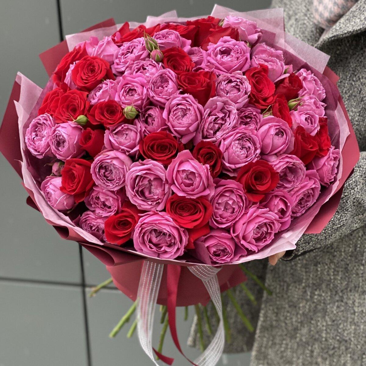 Букет Малиновый закат из кустовых пионовидных и красных роз