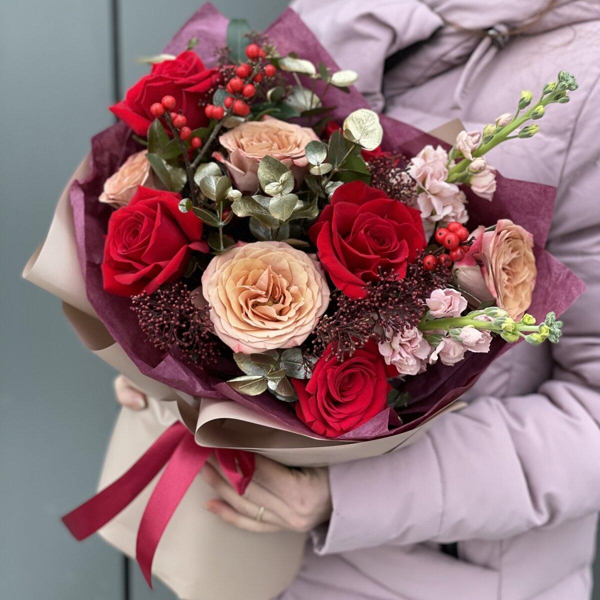 Букет Ариель из роз, маттиолы, скиммии и илекса