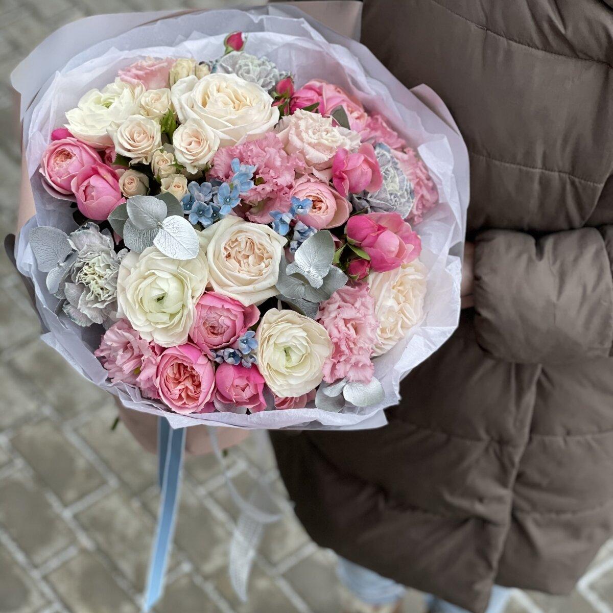 Букет Даймонд из кустовых пионовидных роз, оксипеталума, ранункулюсов и диантуса
