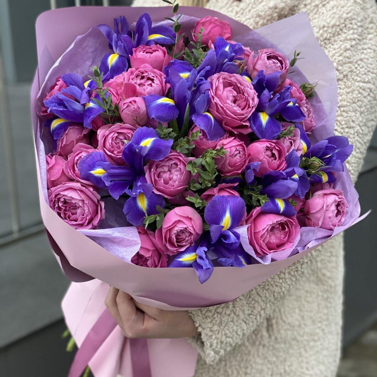 Букет Цветные пазлы из ирисов и кустовой пионовидной розы