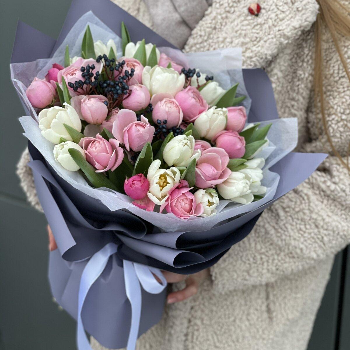 Букет Нежный март из тюльпанов, роз и вибурнума
