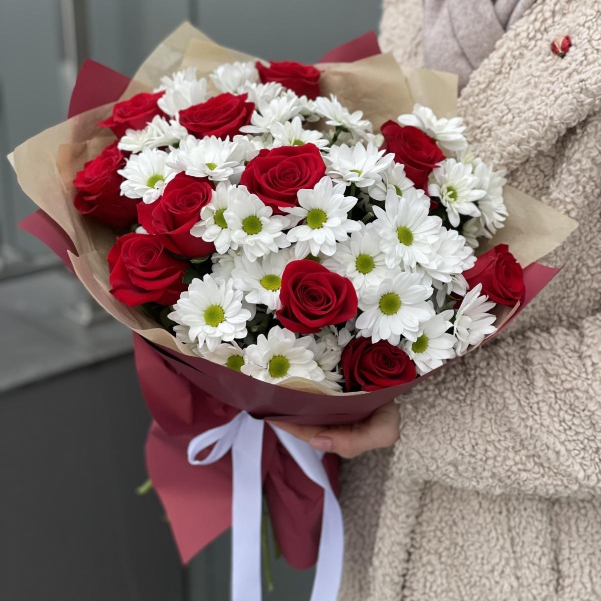 Букет Спеши любить из роз и хризантемы