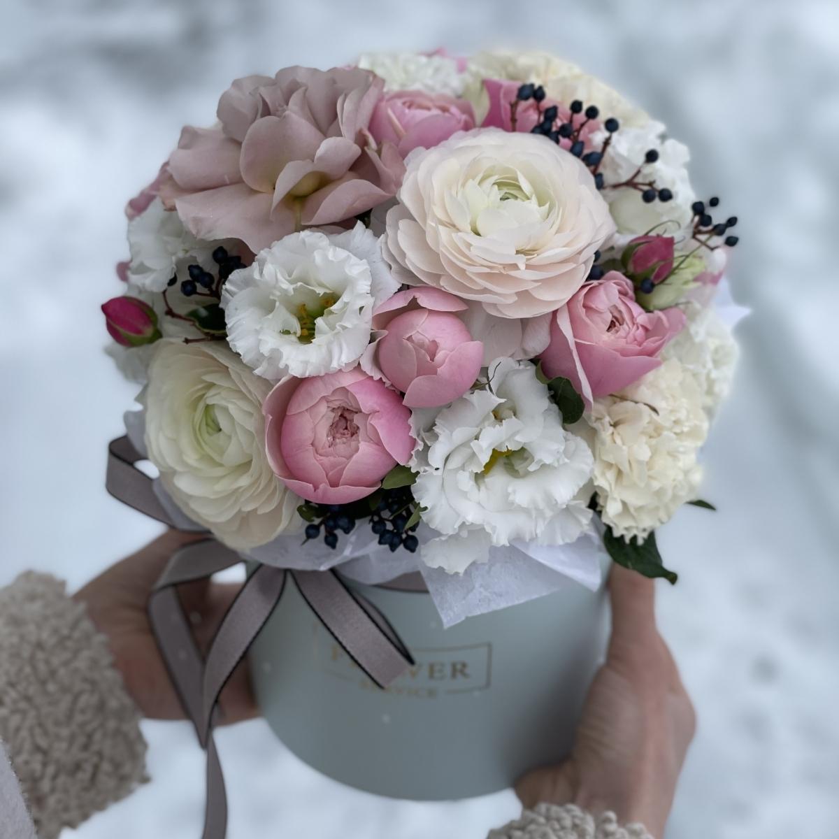 Коробка Формула любви из ранункулюсов, вибурнума и роз