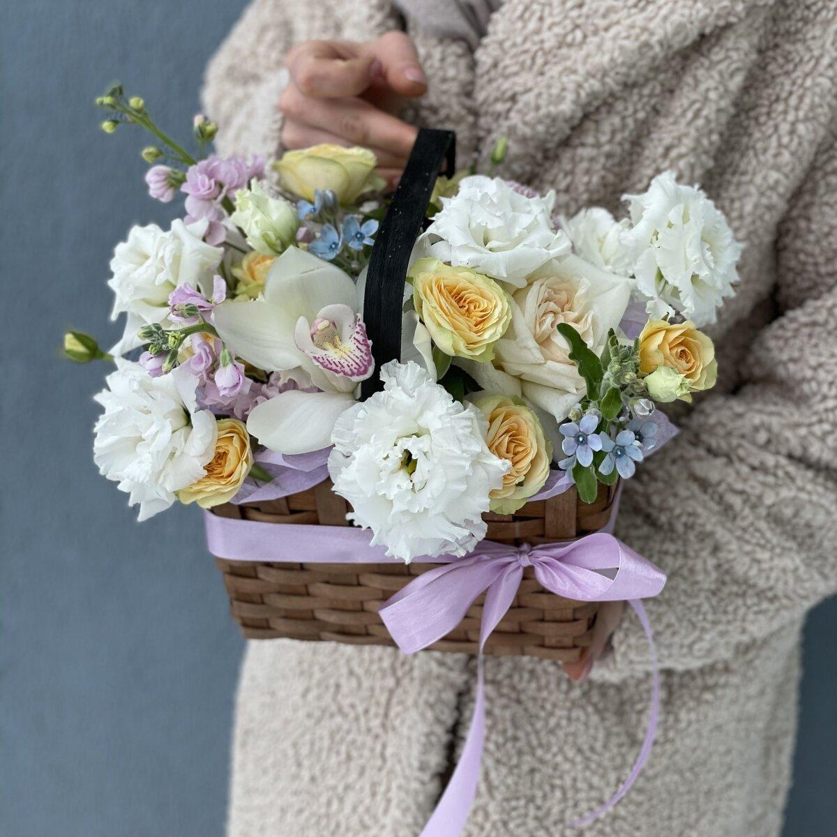 Композиция Влюбленный Шекспир из маттиолы, эустомы, роз и цимбидиума